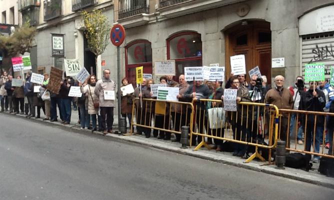 """El exministro ha sido recibido con gritos de """"Bankia, Acebes... devuelve lo que debes"""" por los estafados por las preferentes"""