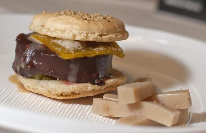 Primera hamburguesa de chocolate desarrollada para Stracto por Tino Helguera, que ha sido presentada este viernes en la V Feria del Chocolate, el Dulce y el Pan Artesano, en Castellón.