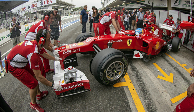 El piloto español de Ferrari Fernando Alonso, durante la sesión de entrenamientos libres realizada hoy en el circuito de Interlagos de Sao Paulo