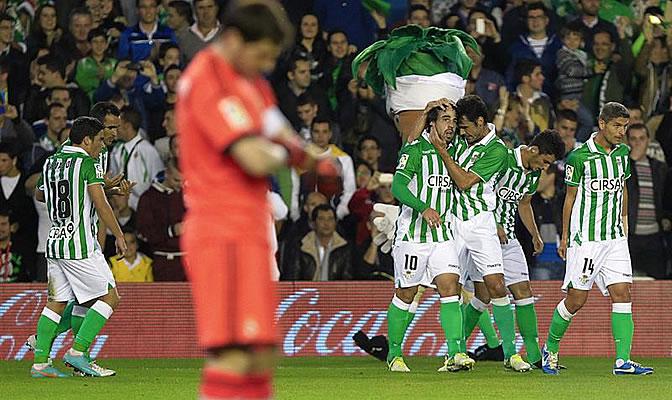 Los jugadores verdiblancos celebran el gol de Beñat ante la presencia de Casillas