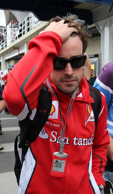 El piloto español Fernando Alonso de la escudería Ferrari la su llegada hoy al autódromo de Interlagos en la ciudad de São Paulo, donde se disputará esta tarde el Gran Premio de Brasil