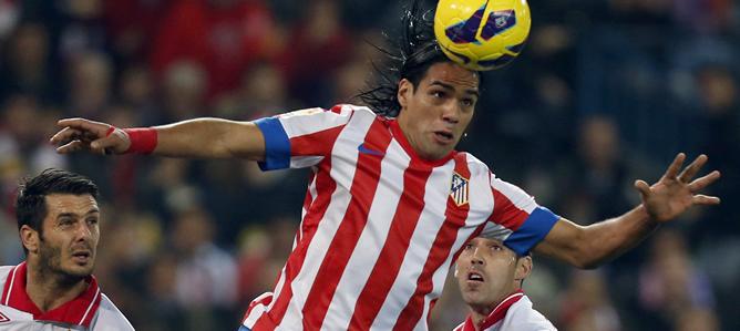 El colombiano remata una pelota en el partido frente al Sevilla