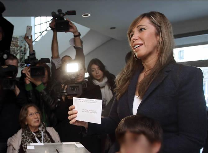 La candidata del PPC a la presidencia de la Generalitat, Alicia Sánchez-Camacho, ha votado este 25N, en el IES Jaume Balmes, situado en el distrito del Eixample de Barcelona.