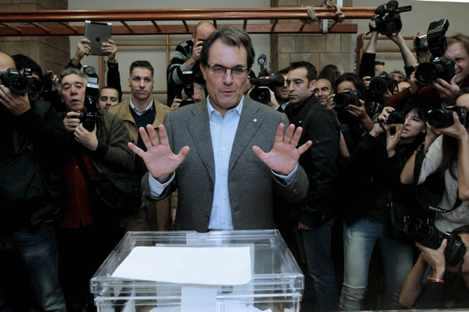 El presidente catalán y candidato de CiU a la reelección, Artur Mas, ejerce su derecho al voto en las elecciones autonómicas en la Escuela Infant Jesús de Barcelona.