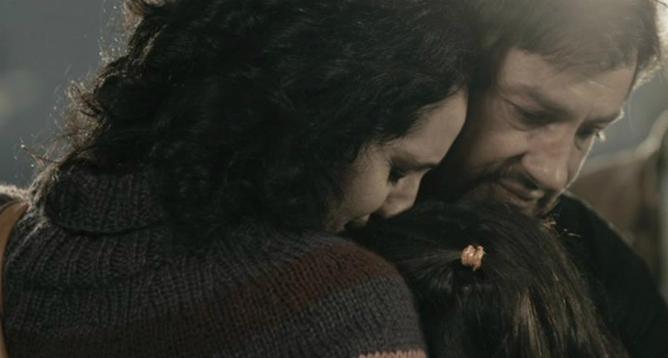 Una escena de 'Cruz del Sur' en la que el protagonista se despide de su familia