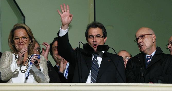 El candidadto de CiU a las elecciones catalanas, Artur Mas, aluda a sus seguidores desde el hotel Majestic de Barcelona