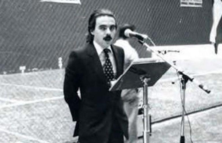 Fotografía facilitada por la editorial Planeta del expresidente del Gobierno José María Aznar, durante su primer mitin político que tuvo lugar en el polideportivo Las Gaunas de Logroño, por entonces era secretario general de Alianza Popular en La Rioja.