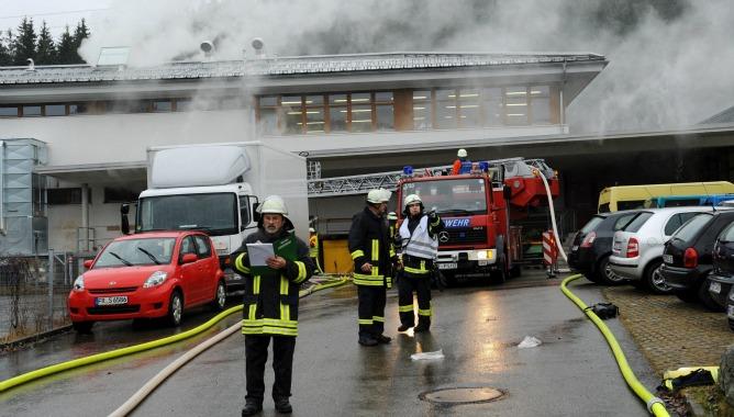Un grupo de bomberos tratan de apagar un incendio en un taller de discapacitados en la localidad de Titisee-Neustadt, Alemania