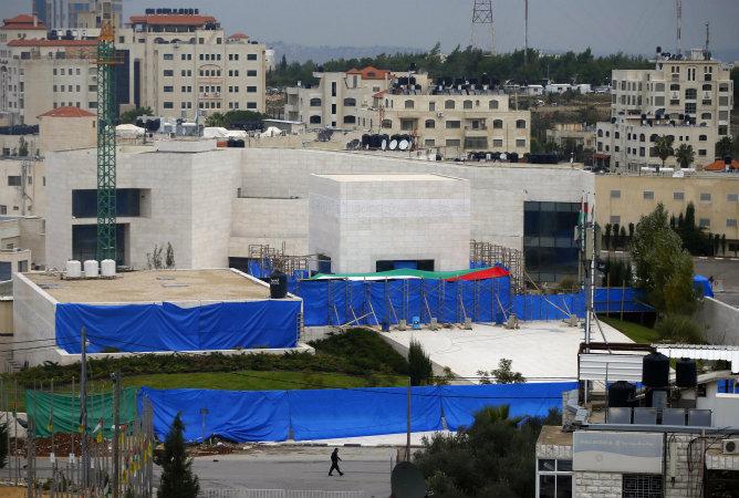 El cuerpo del líder palestino Yasir Arafat ha sido exhumado este martes por un equipo de expertos internacionales que trata de descubrir si éste fue envenenado, como muchos palestinos creen