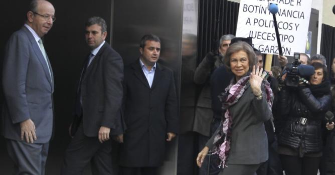 La reina ha acudido este miércoles nuevamente al hospital madrileño Quirón San José para visitar al rey