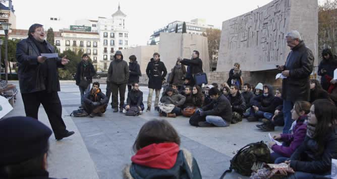 El profesor de Prehistoria en la Universidad Complutense, Gonzalo Ruíz Zapatero, da clase en la madrileña Plaza de Colón este miércoles