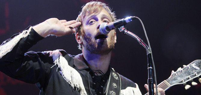 El guitarrista y vocalista de The Black Keys, Dan Auerbach durante el concierto que la banda de rock ha ofrecido esta noche en el Palacio de Deportes de Madrid.
