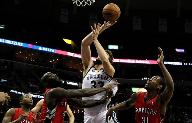 Los jugadores de los Raptors Quincy Acy y Terrence Ross disputan el balón con Marc Gasol