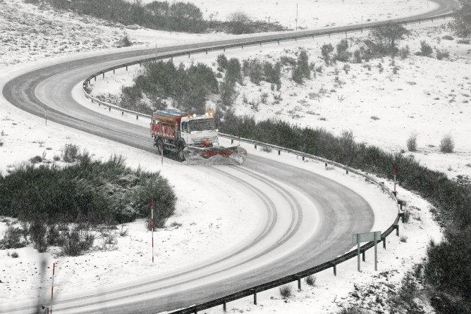 Una máquina quitanieves se abre paso por la carretera CA-183 en Alto Campoo (Cantabria). Esta comunidad se halla en alerta naranja por nevadas y en alerta amarilla por lluvia y fenómenos costeros