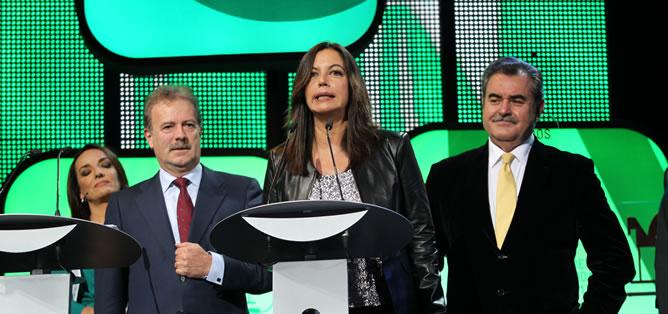 La actual directora de 'Hora 25', Àngels Barceló, recoge junto a antiguos editores el premio Ondas por los 40 años de 'Hora 25'