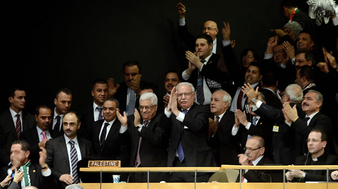 El presidente de la Autoridad Nacional Palestina, Mahmud Abás, y sus delegados celebran el reconocimiento en la ONU