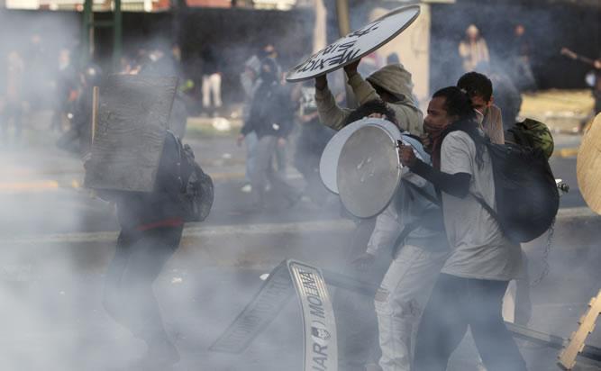 """Enfrentamientos entre policía y estudiantes del movimiento """"Yo soy 132"""" ante la investidura como presidente de México de Peña Nieto."""
