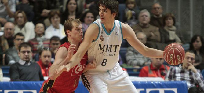Suárez, del Real Madrid, lleva el balón ante la presión de Llompart, del Cai Zaragoza, durante el partido de la décima jornada de la fase regular de la liga ACB de baloncesto, que ambos equipos disputaron hoy en el Palacio de los Deportes de Madrid