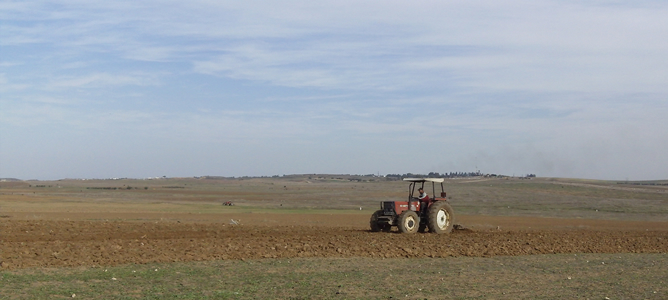 Un agricultor palestino de la franja de Gaza trabaja en las tierras fronterizas con Israel