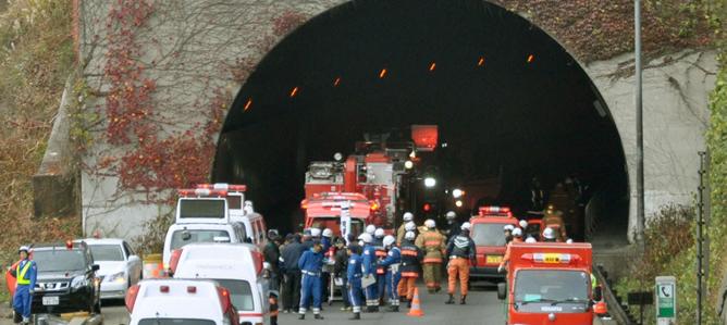 Al menos siete personas están desaparecidas. Las causas del colapso, en un tramo de entre 50 y 60 metros de una autopista del este de Japón, aún se desconocen