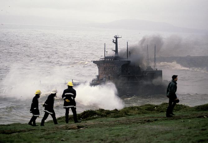 El petrolero griego 'Mar Egeo', que transportaba 79.300 toneladas de crudo, embarrancó en las proximidades de la Torre de Hércules (A Coruña) en diciembre de 1992