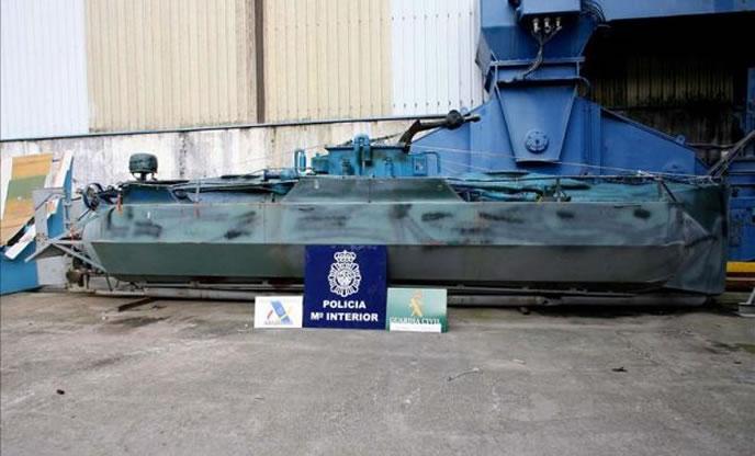 En 2006, un grupo de narcotraficantes intentó introducir una tonelada de cocaína en Galicia, en el interior de un submarino que luego dejó abandonado en la ría de Vigo.