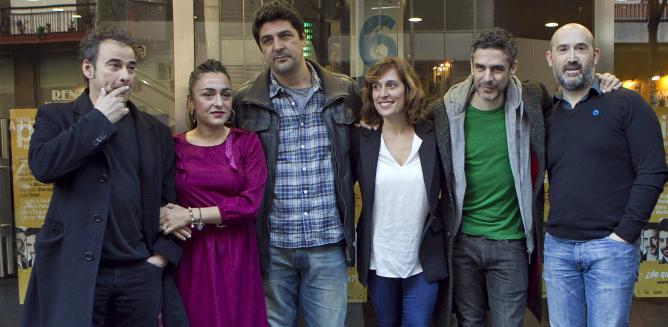 El director Cesc Gay rodeado de parte del elenco de 'Una pistola en cada mano' en la presentación en Barcelona