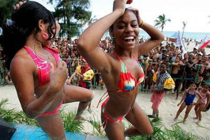 Mujeres cubanas bailan al ritmo del 'reggaeton'
