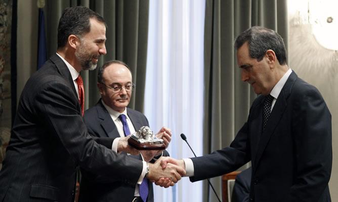 El príncipe de Asturias hace entrega del XIV Premio de Economía Rey Juan Carlos a Jaime Terceiro.