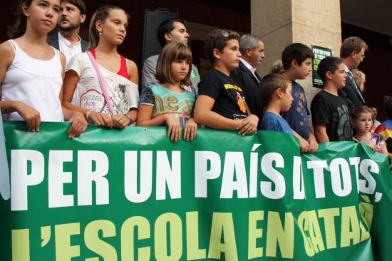 Concentració a la plaça de l'Ajuntament de Tortosa en defensa del model d'immersió lingüística a les escoles.