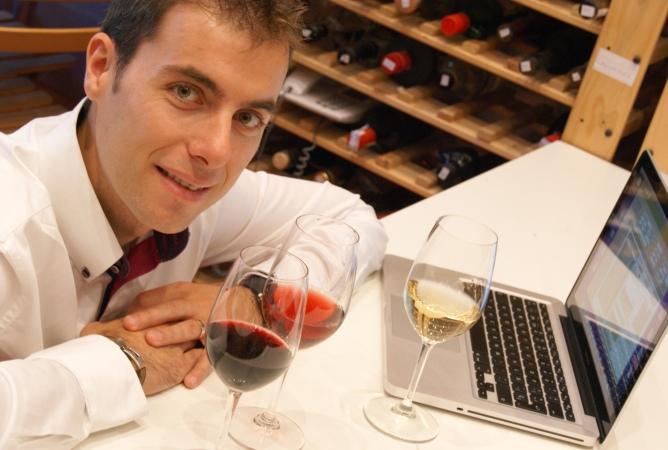 Carlos González es el director de la Guía Peñín y se pasa el año, de bodega en bodega, catando vinos.