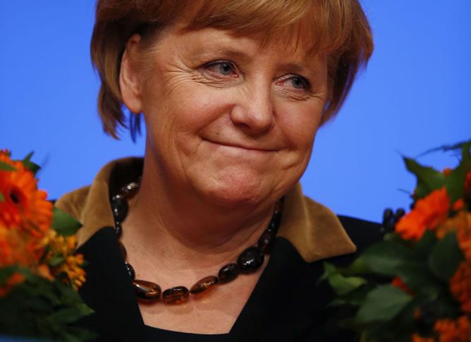 Angela Merkel reelegida como líder de la CDU por aplastante mayoría.