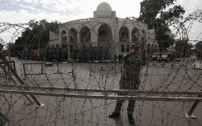 Un policía coloca una alambrada ante el palacio presidencial de Egipto.
