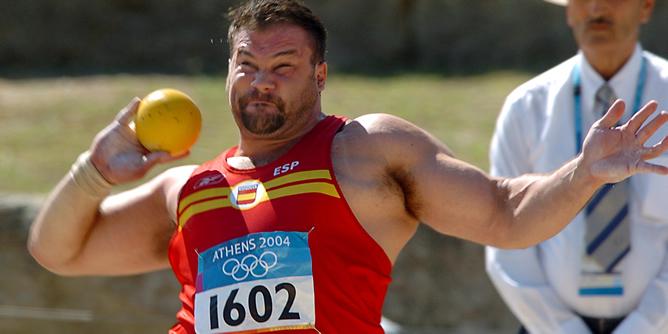 El español Manuel Martínez en uno de sus lanzamientos en las series clasificatorias para la final del lanzamiento de peso de los Juegos Olímpicos Atenas 2004