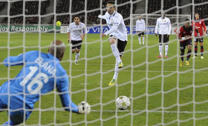El portero del Lille, Steeve Elana, no puede detener el penalti del jugador del Valencia, Jonas, durante el partido del grupo F de la Liga de Campeones disputado en el estadio Lille Metropole Grand Stade de Lille, Francia, el 5 de diciembre del 2012