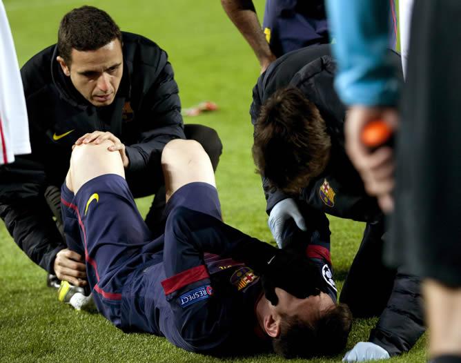 El delantero argentino del FC Barcelona Leo Messi es atendido tras lesionarse durante el partido de la última jornada de la fase de grupos de Liga de Campeones ante el Benfica, disputado este martes en el Camp Nou, en Barcelona