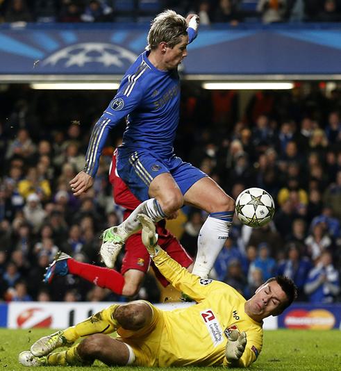 El jugador del Chelsea Fernando Torres (arriba) anota ante el portero Jesper Hansen del Nordsjaelland hoy, miércoles 5 de diciembre de 2012, en un partido de la Liga de Campeones en el Stamford Bridge de Londres