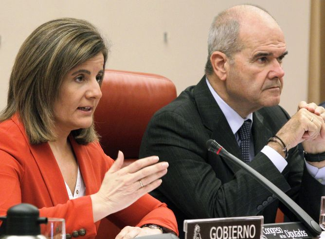 La ministra de Empleo y Seguridad Social, Fátima Báñez, junto al presidente de la Comisión de Seguimiento y Evaluación de los Acuerdos del Pacto de Toledo