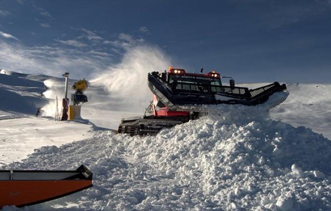 Cañones y máquinas trabajan en Loma de Dílar, en la estación de esquí de Sierra Nevada