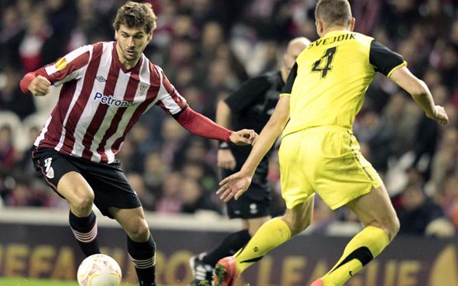 El defensa del Sparta de Praha Ondrej Svejdik ante el delantero del Athletic de Bilbao Fernando Llorente