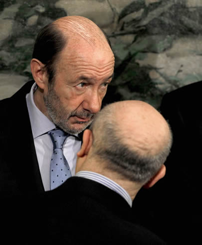 Rubalcaba conversa con el ministro de Educación, José Ignacio Wert (de espaldas), durante el acto de celebración del Día de la Constitución
