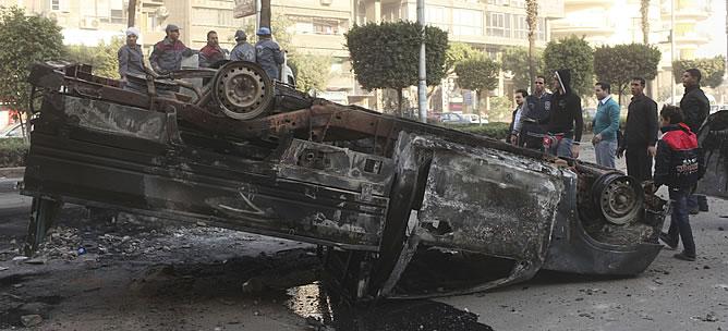 Los disturbios registrados en las calles de El Cairo han dejado numerosos destrozos y cinco víctimas mortales