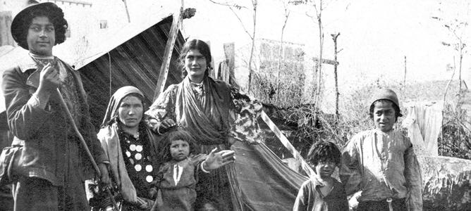 Imagen de archivo (sin fecha) de una familia húngara acampada en los alrededores de la capital de España