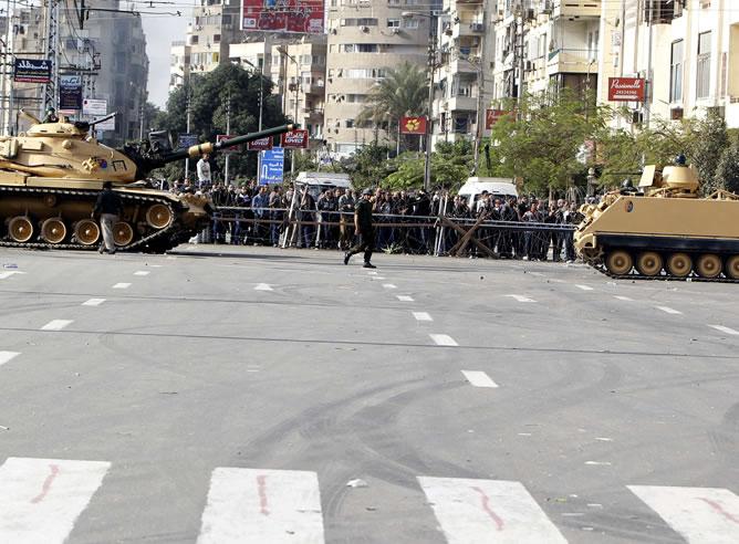 La Guardia Republicana de Egipto restauró el orden en torno al palacio presidencial el jueves después de feroces enfrentamientos sacando los tanques a la calle