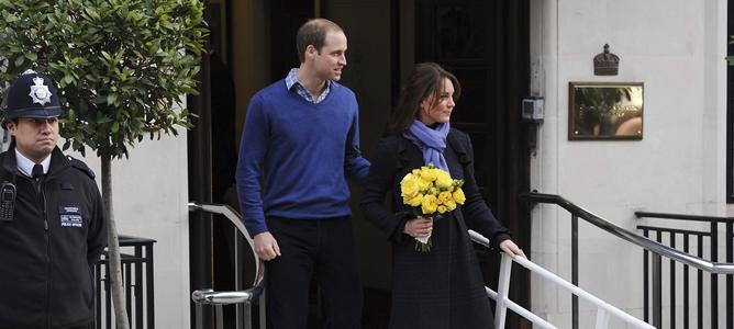 Los duques de Cambridge, Guillermo y Catalina, abandonan el hospital King Edward VII después de que la duquesa recibiera el alta médica tras permanecer ingresada por una hiperémesis gravídica, un trastorno común en las embarazadas que provoca náuseas y vómitos.