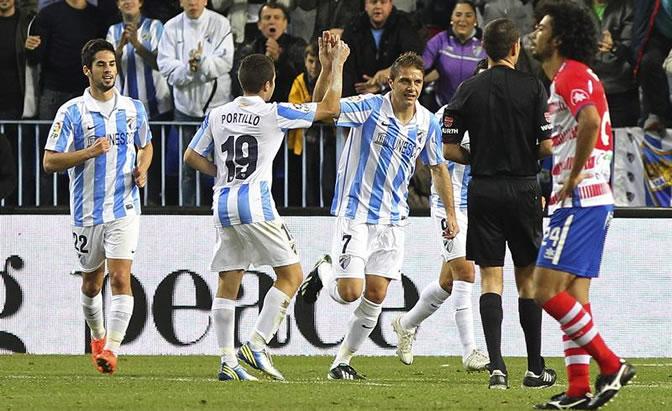Joaquín Sánchez celebra su gol, el primero de su equipo, junto a los centrocampistas Francisco Portillo y Isco