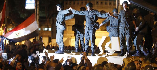 Miembros de la Guardia Republicana protegen el palacio presidencial de los manifestantes que protestan contra Mursi.