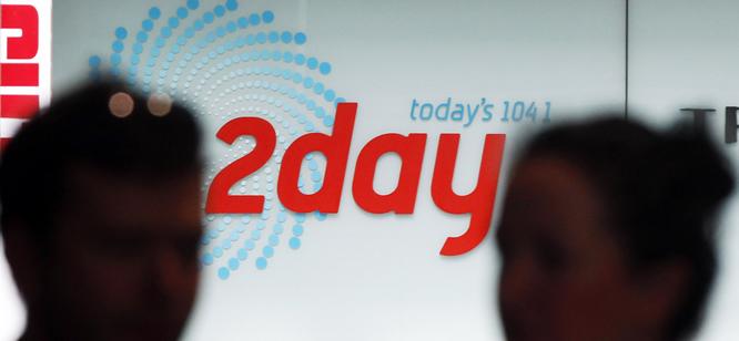 Los locutores australianos Mel Greig y Christian Michael, de la cadena de radio '2Day FM', se hicieron pasar por la reina Isabel II y el príncipe Carlos para conseguir datos el embarazo de la duquesa de Cambridge.