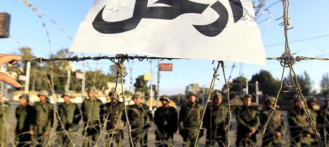 Miembros de la Guardia Republicana protegen una barricada que impide a los manifestantes el acceso al palacio presidencial.