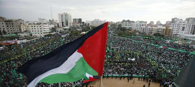 Miles de personas han acudido a la plaza de Al Jativa de Gaza, conocida también como el parque verde, para celebrar el 25 aniversario de Hamás.